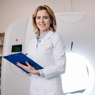 Mesa com instrumentos cirúrgicos - Especialização Técnica em Radioterapia